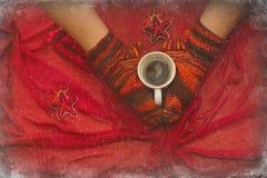Piernas femeninas en calcetines con una taza de coffe con el invierno de la ventana Foto de archivo libre de regalías