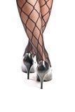 Piernas femeninas en pantyhose y zapatos en los altos talones Fotos de archivo libres de regalías