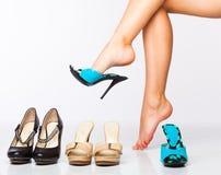 Piernas femeninas en zapatos de la manera Imagen de archivo libre de regalías