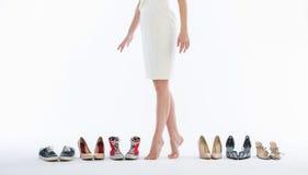 Piernas femeninas en zapatos de la manera Fotografía de archivo libre de regalías