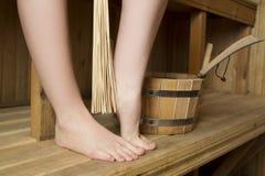 Piernas femeninas hermosas en sauna, accesorios del baño Imágenes de archivo libres de regalías