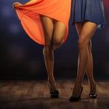 Piernas femeninas que bailan en club Fotografía de archivo libre de regalías