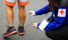 Piernas heridas del corredor de maratón Fotografía de archivo libre de regalías