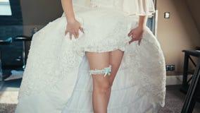 Piernas hermosas de la novia con la liga almacen de metraje de vídeo