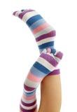 Piernas hermosas en calcetines divertidos Imagenes de archivo
