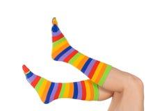 Piernas hermosas en calcetines divertidos Imágenes de archivo libres de regalías