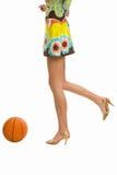 Piernas hermosas en los altos talones con baloncesto imagen de archivo libre de regalías