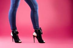 Piernas hermosas en sandalias negras Imagen de archivo libre de regalías