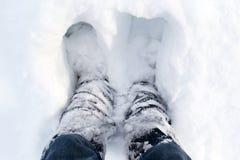 Piernas humanas en el invierno, blanco, nieve floja fotos de archivo