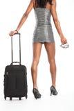 Piernas largas atractivas de la mujer que recorren con la maleta Imagen de archivo libre de regalías