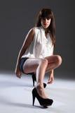 Piernas largas atractivas en talones de la mujer joven hermosa Foto de archivo libre de regalías