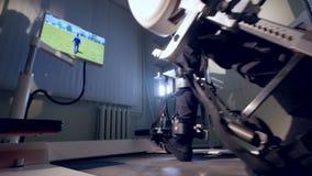Piernas masculinas atadas al traje robotizado almacen de metraje de vídeo