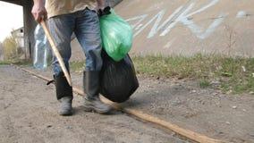 Piernas masculinas del primer que limpian para la botella plástica almacen de video