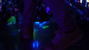 Piernas masculinas en la etapa del club de noche, audiencia entretenida de la bujía métrica, celebración del partido almacen de metraje de vídeo