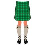 Piernas masculinas en la falda escocesa aislada en blanco Fotos de archivo libres de regalías