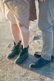 Piernas masculinas y femeninas en botas Foto de archivo libre de regalías