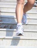 Piernas que corren para arriba en las escaleras de la montaña Foto de archivo libre de regalías