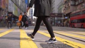 Piernas que cruzan una calle en Hong Kong metrajes