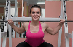 Piernas que entrenan de la muchacha hermosa en club de fitness foto de archivo