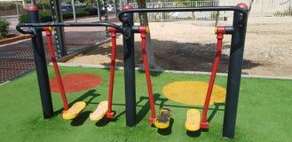 Piernas que entrenan en gimnasio al aire libre en el parque de la ciudad foto de archivo