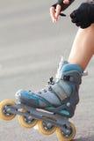 Piernas que llevan el zapato del patinaje sobre ruedas Fotografía de archivo libre de regalías