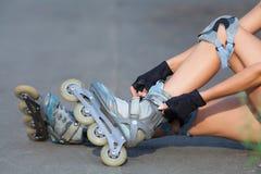 Piernas que llevan el zapato del patinaje sobre ruedas Fotografía de archivo