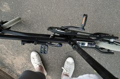 Piernas que se colocan con la bicicleta con el motor Foto de archivo