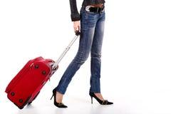 Piernas rojas de la maleta y de las mujeres Fotos de archivo