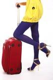 Piernas rojas de la maleta y de las mujeres Foto de archivo