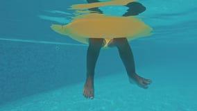 Piernas subacuáticas divertidas en piscina almacen de video