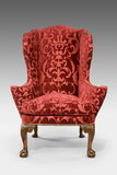 Piernas talladas tapizadas antigüedad de la silla de ala aisladas con el PA del clip Imagen de archivo