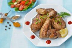 piernas y alas de pollo frito Imágenes de archivo libres de regalías
