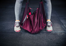 Piernas y bolso femeninos de los deportes Imagen de archivo libre de regalías