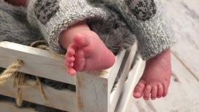 Piernas y dedos del pie minúsculos de tomar una siesta del bebé almacen de metraje de vídeo