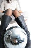 Piernas y glitterball de las muchachas Foto de archivo