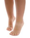 Piernas y pies descubiertos del niño Imagenes de archivo