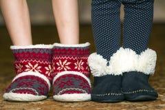 Piernas y pies desnudos del niño en botas rojas de la Navidad del invierno con orna imagen de archivo libre de regalías