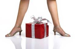 Piernas y regalos Fotografía de archivo libre de regalías