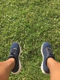 Piernas y zapatillas deportivas Imágenes de archivo libres de regalías