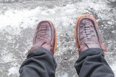 Piernas y zapatos de cuero del marrón Imagen de archivo
