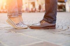 Piernas y zapatos de un par en amor Fotos de archivo libres de regalías