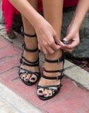 Piernas y zapatos femeninos de un modelo adulto joven Fotografía de archivo