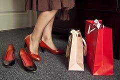 Piernas, zapatos de la mujer y bolsos Imagen de archivo