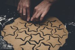 Piernikowego mężczyzna ciastka ciasta wycinanka młodą dziewczyną przy Bożenarodzeniowym czasem Fotografia Stock
