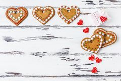 Piernikowi ciastek serca i prezenta pudełko na drewnianym tle, Walentynka dnia pojęcia kopii przestrzeń zdjęcia royalty free