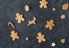 Piernikowi ciastka na szarym tle bożych narodzeń ciastek znaleziska wizerunki patrzeją więcej mój portfolio ten sam serie Zdjęcie Royalty Free