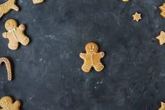 Piernikowi ciastka na szarym tle bożych narodzeń ciastek znaleziska wizerunki patrzeją więcej mój portfolio ten sam serie Obraz Stock