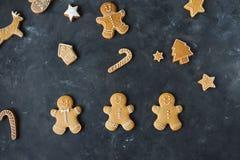 Piernikowi ciastka na szarym tle bożych narodzeń ciastek znaleziska wizerunki patrzeją więcej mój portfolio ten sam serie Zdjęcie Stock