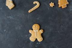 Piernikowi ciastka na szarym tle bożych narodzeń ciastek znaleziska wizerunki patrzeją więcej mój portfolio ten sam serie Fotografia Stock