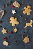 Piernikowi ciastka na szarym tle bożych narodzeń ciastek znaleziska wizerunki patrzeją więcej mój portfolio ten sam serie Obrazy Royalty Free